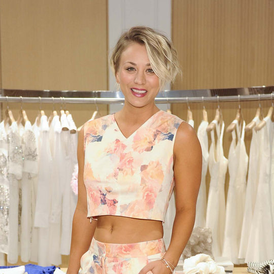kaley-cuoco-short-haircut-hairstyle-crop-top